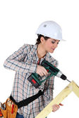 Woman constructing wooden frame — Stockfoto