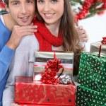 νεαρό ζευγάρι που γιορτάζει τα Χριστούγεννα — Φωτογραφία Αρχείου