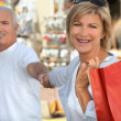 Mature couple shopping — Stock Photo