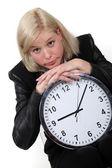 金发碧眼的女商人靠着大时钟 — 图库照片