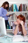 Gelangweilte studentin in der bibliothek — Stockfoto