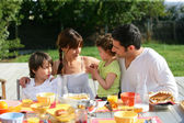 Family having brunch outside on a sunny day — Foto Stock