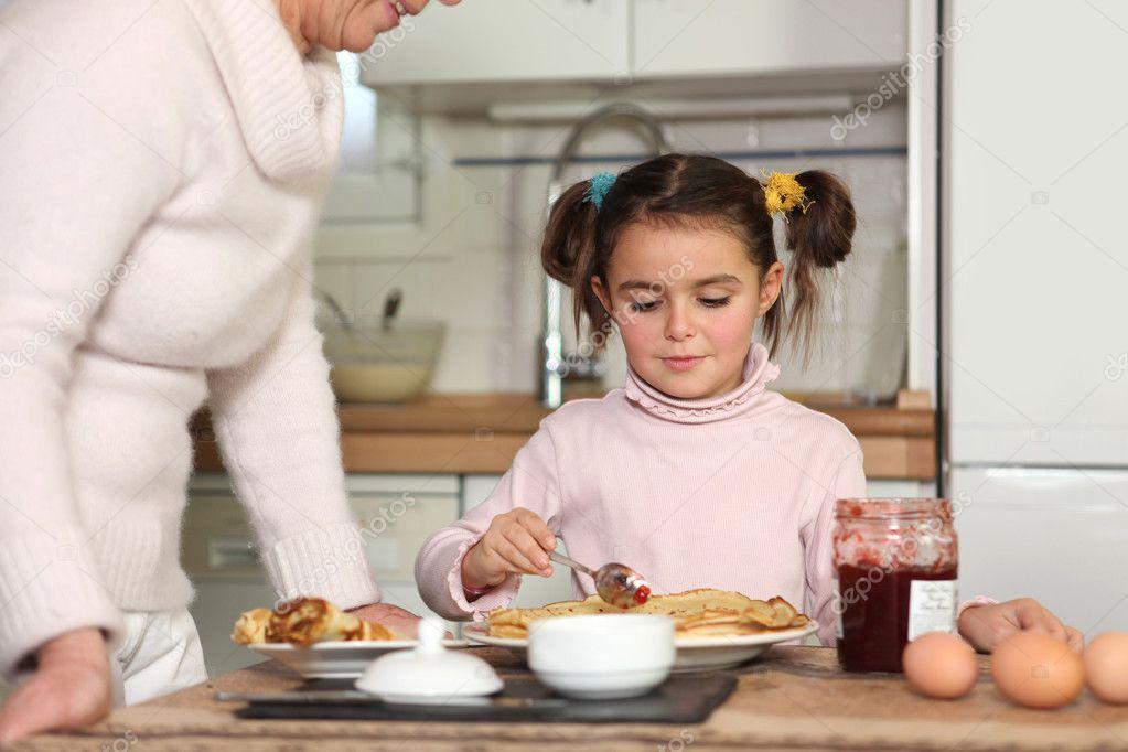 Ребенок ест блин фото