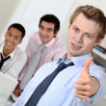 Молодой предприниматель, давая пальцы во время встречи — Стоковое фото