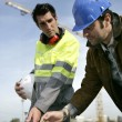 Construction crew discussing plans — Stockfoto