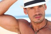 Jovem musculoso com um chapéu — Fotografia Stock