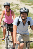 Couple enjoying leisurely bike ride — Stock Photo