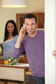 Adamın karısı yemek hazırlar iken arama yapma — Stok fotoğraf