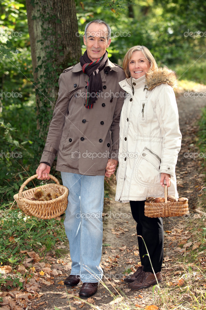 Senior couple with baskets of chestnuts — Stock Photo #10965899
