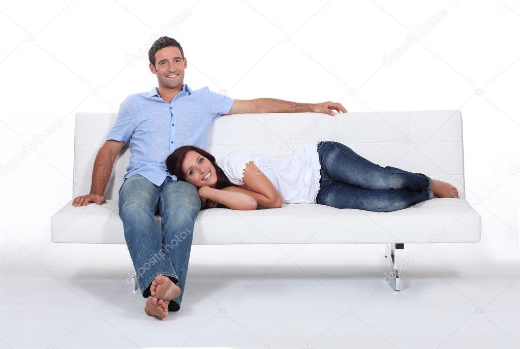 парочка на белом диване