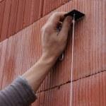 Mason checking wall is straight — Stock Photo #11017054