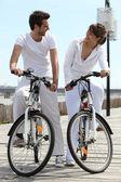 自転車の上に白のカップル — ストック写真