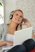 青年与耳机和计算机 — 图库照片