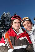 Dos hombres a esquiar — Foto de Stock