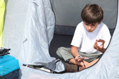 Child in tent — Stockfoto