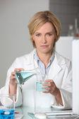 Científico que trabajaba en un laboratorio — Foto de Stock