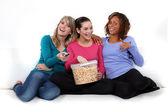 üç kız patlamış mısır yemek — Stok fotoğraf