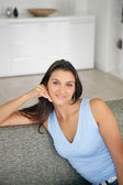 Vrouw zitten op een sofa — Stockfoto
