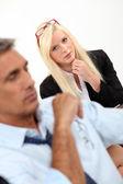 Kobieta w pracy spotkanie z człowiekiem — Zdjęcie stockowe