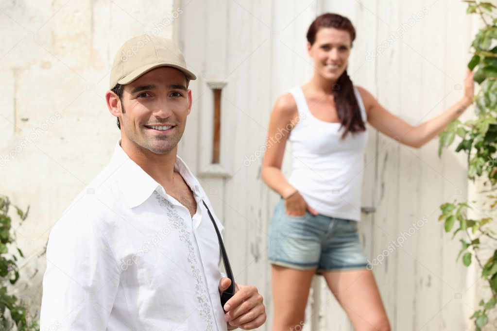Couple outside a house in the summer — Stock Photo #11039273