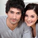 Молодая пара позирует — Стоковое фото