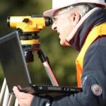 Man measuring ground — Stock Photo