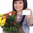 Woman delivering flowers with message — Stockfoto