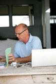 último homem tentando resolver as contas de casa hiss — Foto Stock