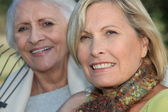 Two elderly ladies sat in the garden together — Stock Photo
