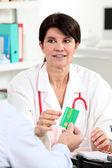 Kvinnliga läkare undersöka en patient — Stockfoto