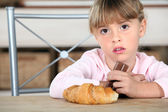 Dziewczynka jedzenie czekolady — Zdjęcie stockowe