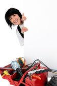 Kvinnliga elektriker stod med reklam styrelse — Stockfoto