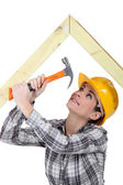 Tradeswoman hammering a frame — Stock Photo