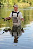 Pescatore in un fiume — Foto Stock