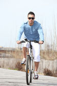 Jeune homme monté sur un vélo — Photo