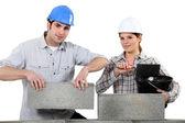 Man en vrouw bouwen van een huis — Stockfoto