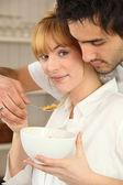 Couple eating bowl of cereal — Stock Photo