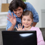 matka a dcera mluvila s někým na internetu — Stock fotografie