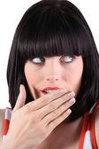 Mujer con una sacudida sosteniendo su mano sobre su boca — Foto de Stock