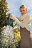Mujeres en el jardín, regando las plantas — Foto de Stock