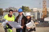 Equipo de construcción en el sitio de trabajo — Foto de Stock