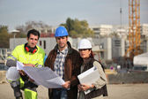 Inşaatta çalışan inşaat ekibi — Stok fotoğraf