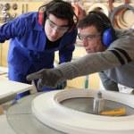 mannen in een fabriek te werken — Stockfoto