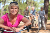 Two middle aged couple on bike ride — Stockfoto