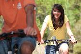 Koppel op fiets — Stockfoto