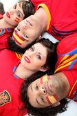 группы друзей, поддерживая испанской футбольной команды — Стоковое фото