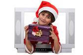 Malý chlapec, oblečený v vánoční oblečení za zástěnou — Stock fotografie
