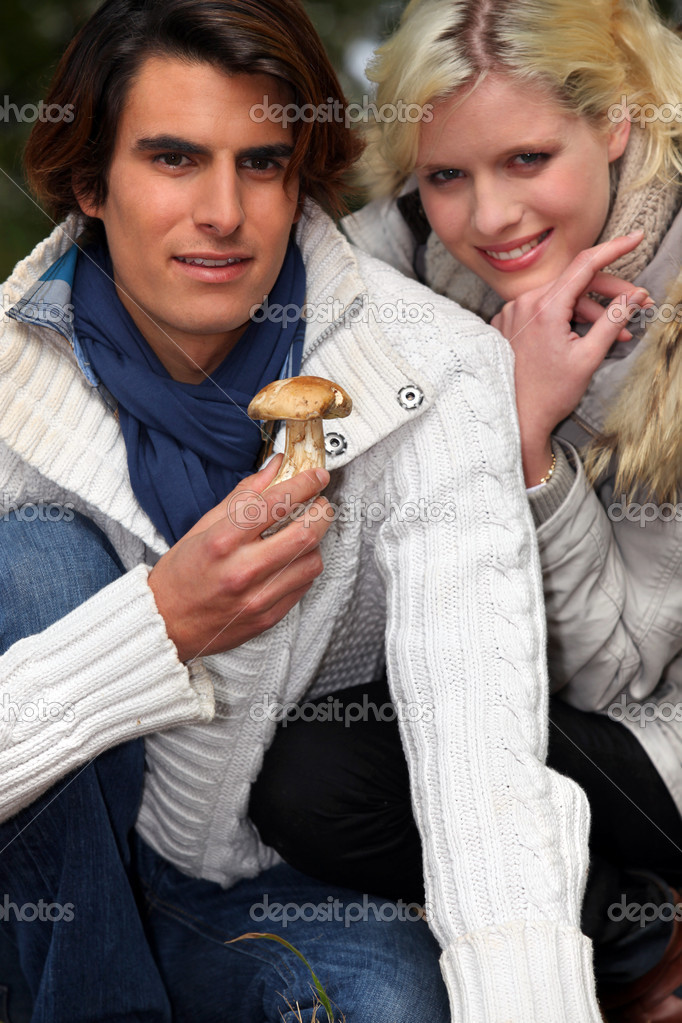 Couple picking mushrooms — Stock Photo #11307491