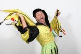Homme dans un costume de bouffon jouer l'imbécile — Photo