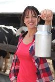 Samica rolnika dojenie krowy — Zdjęcie stockowe